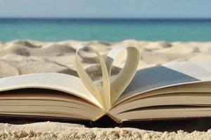 Corse, modelli da sogno, personaggi indimenticabili: i libri sulle auto da leggere sotto l'ombrellone